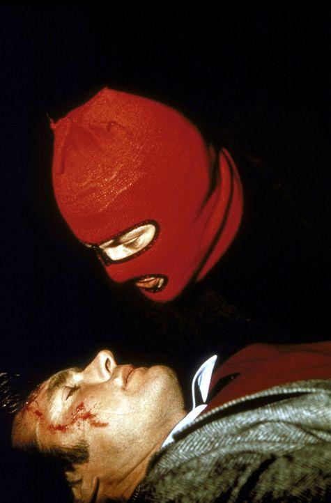 Zwischen dem brutalen Gangster (Andy Robinson, r.) und dem ausgebufften Cop Harry Callahan (Clint Eastwood, l.) kommt es zu einem gnadenlosen Duell... - Bildquelle: Warner Bros.