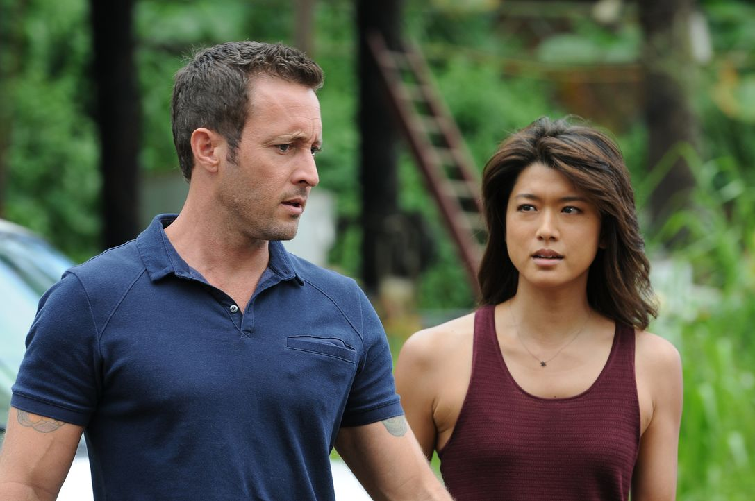 Ein neuer Fall wartet auf Steve (Alex O'Loughlin, l.) und Kono (Grace Park, r.) ... - Bildquelle: Norman Shapiro 2015 CBS Broadcasting, Inc. All Rights Reserved