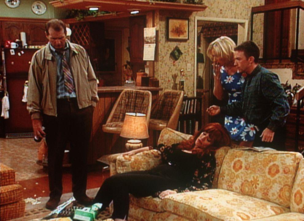 Al (Ed O'Neill, l.), Kelly (Christina Appelgate, 2.v.r.) und Bud (David Faustino) können es nicht fassen: Peggy (Katey Sagal) liegend vor dem ausge... - Bildquelle: Columbia Pictures
