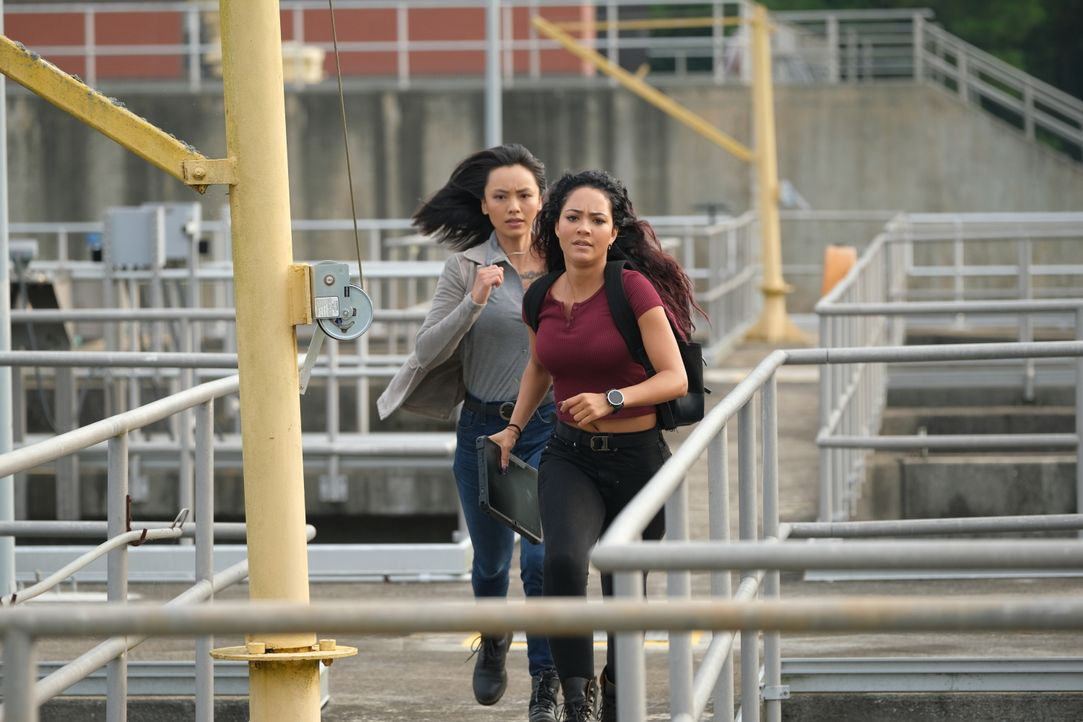 Desi Nguyen (Levy Tran, l.); Riley Davis (Tristin Mays, r.) - Bildquelle: Mark Hill 2020 CBS Broadcasting, Inc. All Rights Reserved / Mark Hill