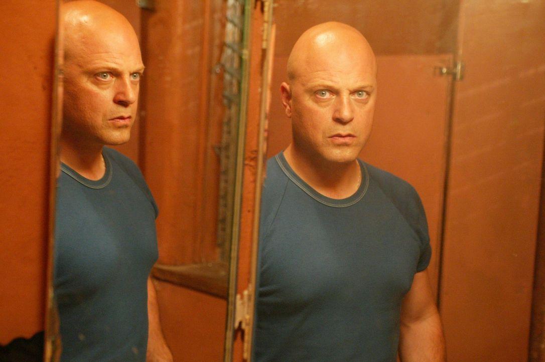 Ist Det. Vic Mackey (Michael Chiklis) wirklich ein Todesschütze? - Bildquelle: 2003 Sony Pictures Television International