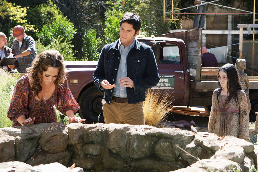 Die kleine Gretchen (Isabelle Fuhrman, r.) ist in den Brunnen gefallen und gestorben. Melinda (Jennifer Love Hewitt, l.) will ihrem Geist helfen, in... - Bildquelle: ABC Studios
