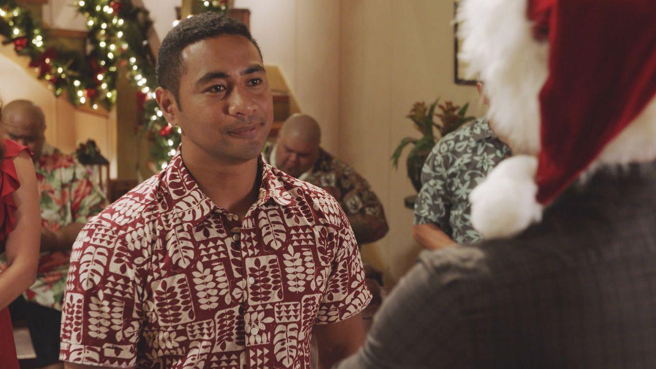 Junior (Beulah Koale) wird mit einem ganz besonderen Weihnachtsgeschenk überrascht ... - Bildquelle: 2017 CBS Broadcasting Inc. All Rights Reserved.