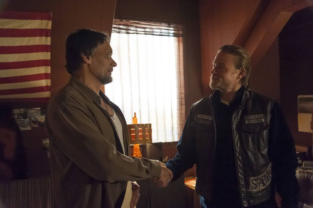 Kommen Nero (Jimmy Smits, l.) und Jax (Charlie Hunnam, r.) auf einen Nenner, was zukünftige Geschäftsbedingungen betrifft? - Bildquelle: 2012 Twentieth Century Fox Film Corporation and Bluebush Productions, LLC. All rights reserved.