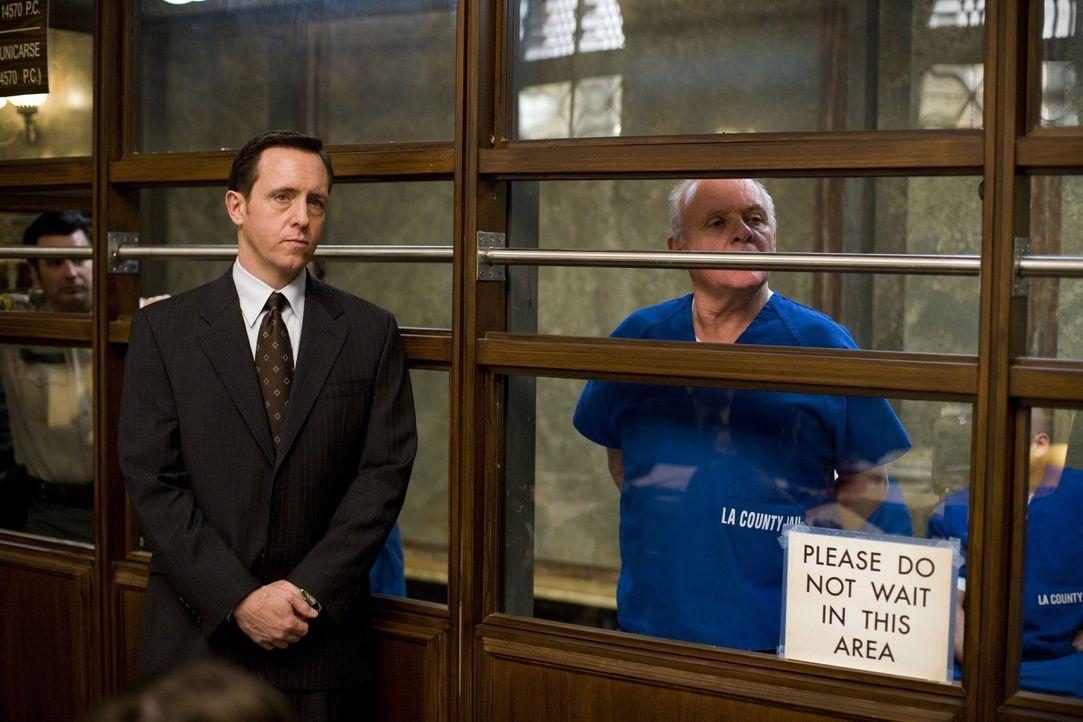 Ein Pflichtverteidiger (Cooper Thornton, l.) soll Ted Crawford (Anthony Hopkins, r.) vor Gericht verteidigen, doch der besteht darauf, es selbst in... - Bildquelle: Warner Brothers