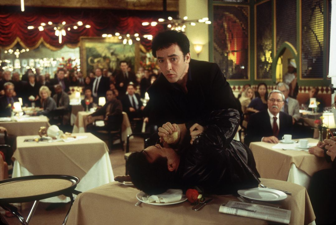 Auf der Premierenfeier sieht Eddie (John Cusack, oben) rot und schnappt sich Gwens neuen Lover Hector (Hank Azaria, unten) ... - Bildquelle: 2004 Senator Film, alle Rechte vorbehalten.