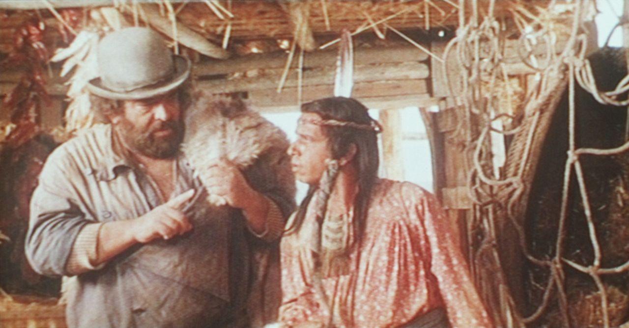 Der Lebenskünstler und Kleinganove Buddy (Bud Spencer, l.) mahnt seinen indianischen Partner Donnernder Adler (Amidou, r.), die Ruhe zu bewahren ...