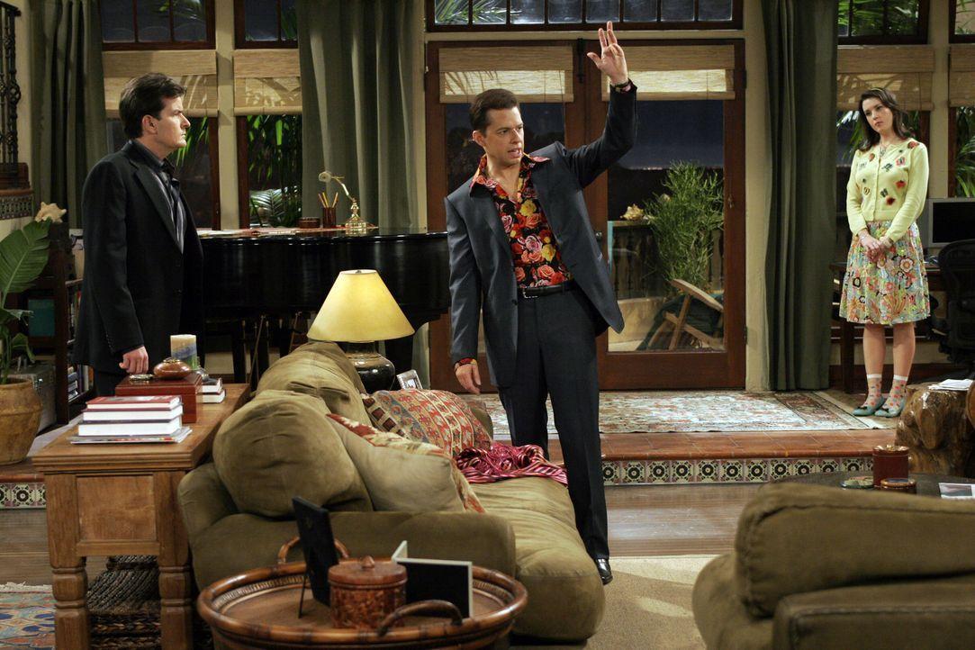 Rose (Melanie Lynskey, r.) kann nicht glauben, dass sich Charlie (Charlie Sheen, l.) und Alan (Jon Cryer, M.) als ein schwules Pärchen ausgeben wol... - Bildquelle: Warner Bros. Television