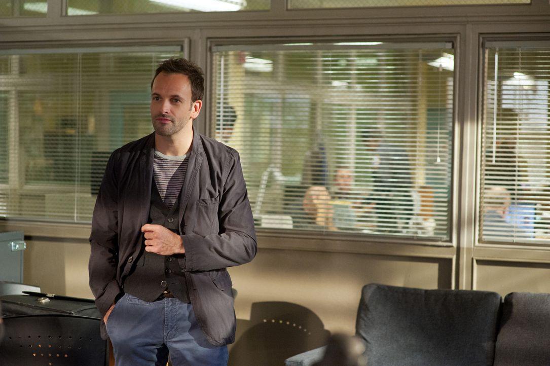 Ein neuer Fall wartet auf den etwas durchgeknallten Ermittler Sherlock Holmes (Jonny Lee Miller) ... - Bildquelle: CBS Television