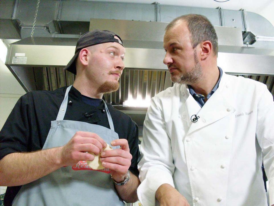 Küchenchef Frank Brinkmann (l.) und Sternekoch Frank Rosin (r.) besprechen, welche Veränderungen in der Küche sinnvoll sind. - Bildquelle: kabel eins