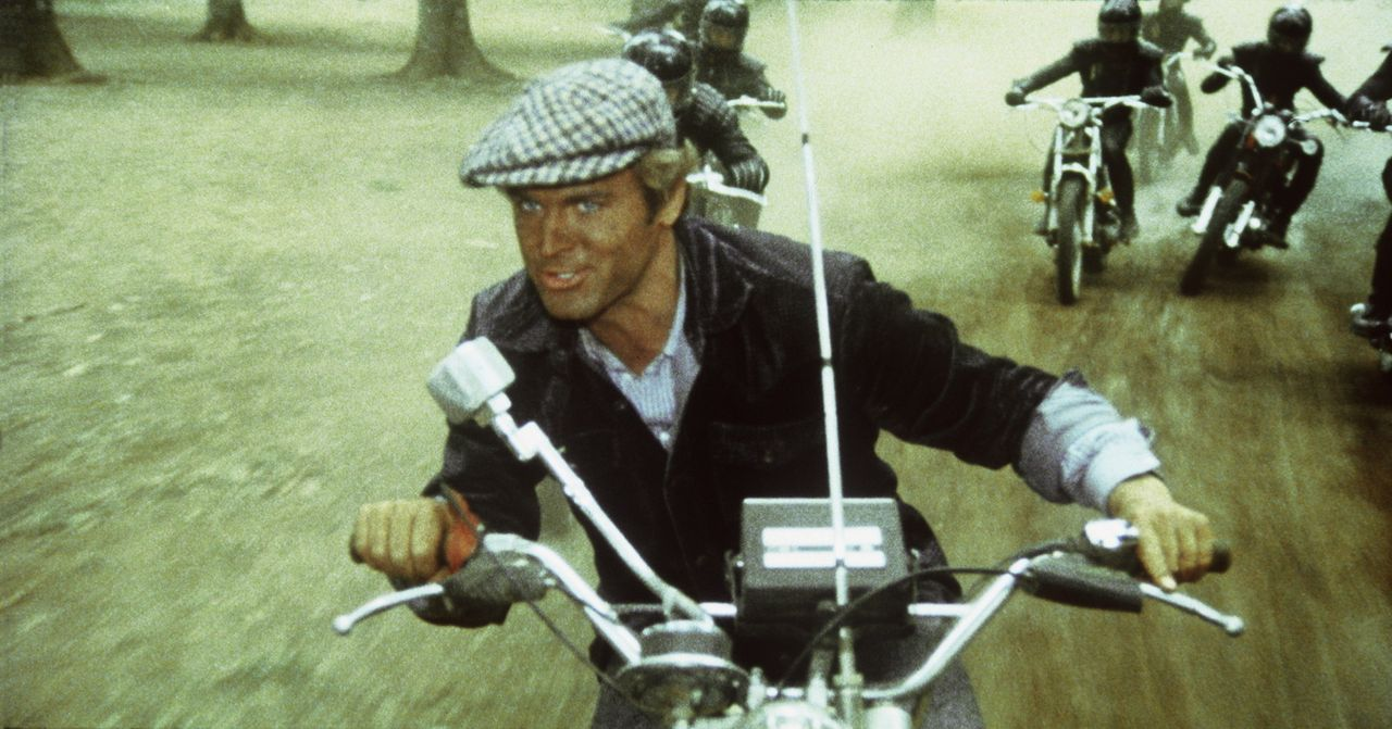 Als Gangster den schönen, neuen Buggy zerstören, ahnen diese nicht, dass sie es jetzt mit Kid (Terence Hill, vorne) und Bud zu tun kriegen ... - Bildquelle: Columbia Pictures