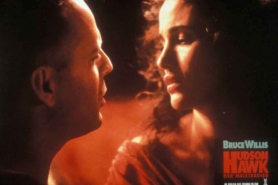 Lange kann Anna (Andie MacDowell, r.) dem Charme des Meisterdiebes Hawk (Bruce Willis, l.) nicht widerstehen ... - Bildquelle: Columbia TriStar
