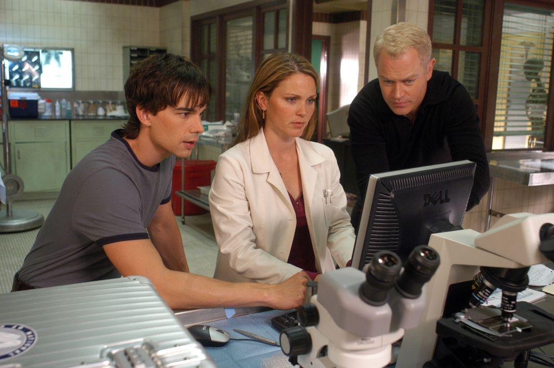 Noch tappen die Spezialisten im Dunkeln: Dr. Miles McCabe (Christopher Gorham, l.), Dr. Natalie Durant (Kelli Williams, M.) und Dr. Stephen Connor (... - Bildquelle: CBS Television
