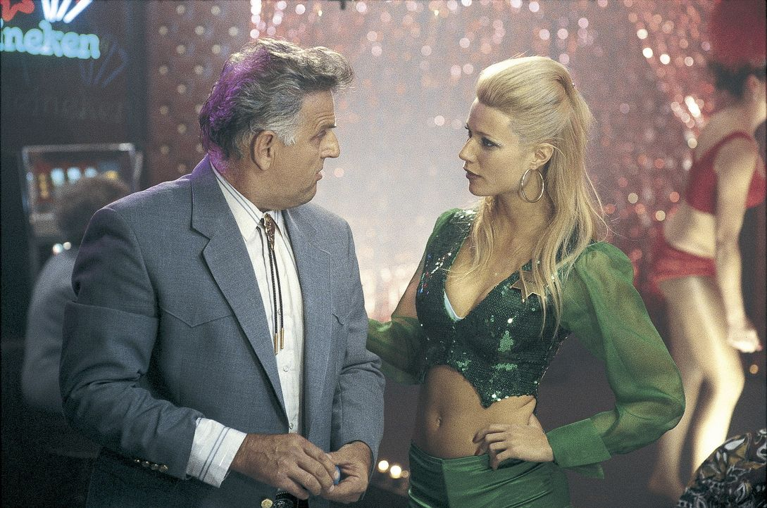 Donna (Gwyneth Paltrow, r.) stammt aus bescheidenen Verhältnissen und um ganz nach oben zu kommen, wählt sie sich den glamourösesten aller weibli... - Bildquelle: Miramax Films