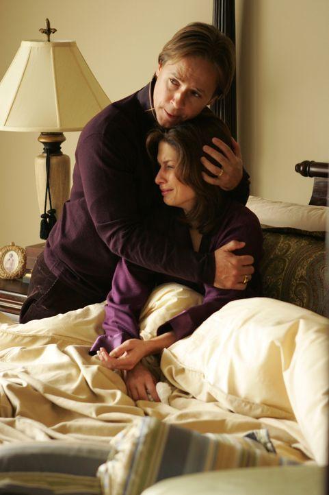 Nach einer Dinnerparty ist die gemeinsame Tochter des vermeintlich glücklichen Paares Terry (Susan Floyd, r.) und Lawrence (Chad Lowe, l.) spurlos v... - Bildquelle: Warner Bros. Entertainment Inc.
