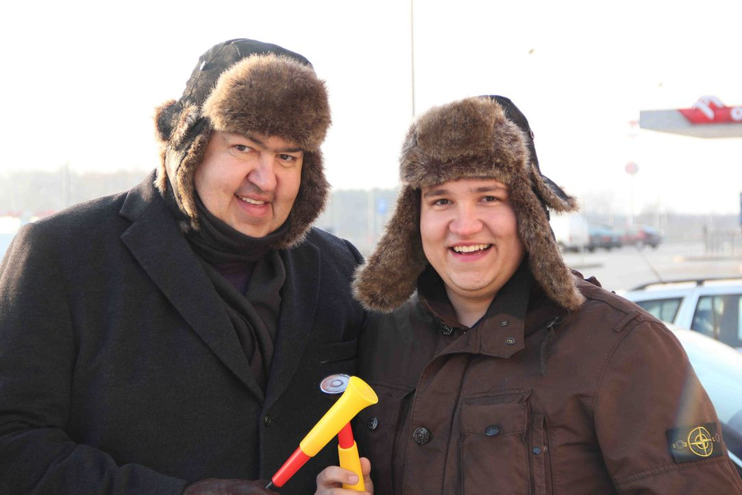 """""""Abenteuer Leben"""" begleitet Christian Huff (l.) und seinen Sohn (r.) exklusiv auf seiner abenteuerlichen Geschäftsreise und ist hautnah dabei, wie... - Bildquelle: kabel eins"""