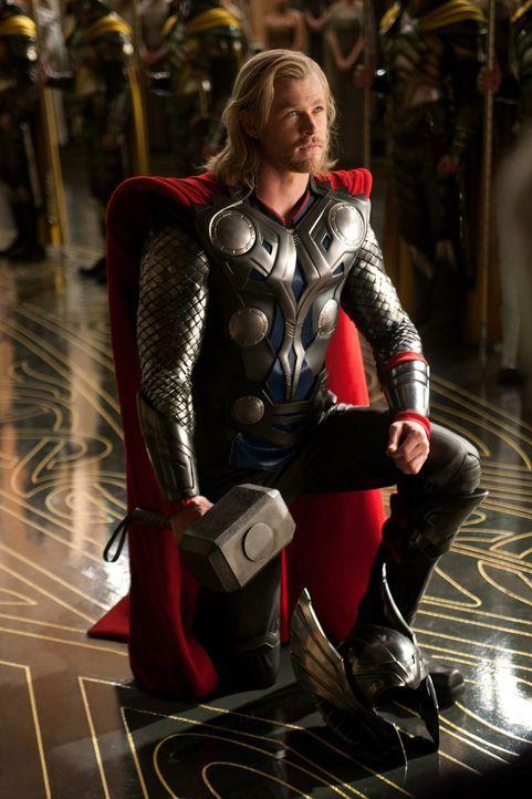 Einst ein stolzer Gott, muss Thor (Chris Hemsworth) sich auf der Erde ganz anderen Aufgaben und Schwierigkeiten stellen, um seine Macht und das Köni... - Bildquelle: 2011 MVLFFLLC. TM &   2011 Marvel. All Rights Reserved.