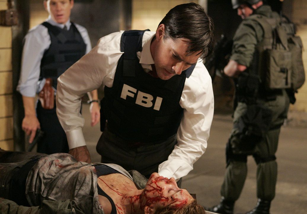 In letzter Sekunde retten Emily und Hotch (Thomas Gibson, oben) die Prostituierte Maggie Bre Blair (liegend), die der Serienmörder Charles gerade v... - Bildquelle: Touchstone Television