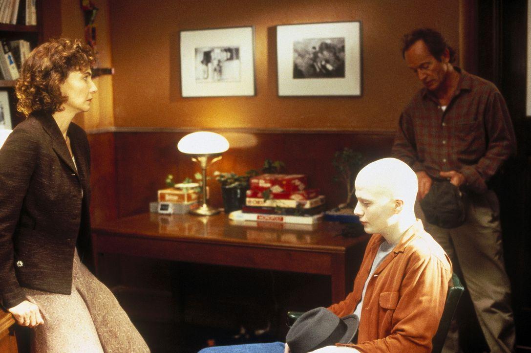 Während die Schuldirektorin Jessie Caldwell (Mary Steenburgen, l.) den Außenseiter Powder (Sean Patrick Flanery, M.) stets verteidigt, sieht Sheri... - Bildquelle: Buena Vista Pictures