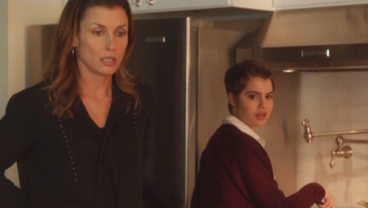 Erin (Bridget Moynahan, l.) ist besorgt. Muss sie sich jetzt auch noch Sorgen um ihre Tochter Nicky (Sami Gayle, r.) machen ? - Bildquelle: 2014 CBS Broadcasting Inc. All Rights Reserved.