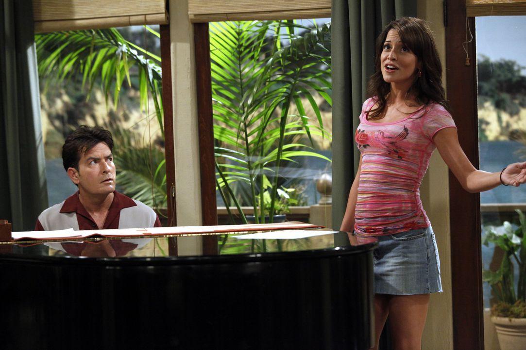 Charlie (Charlie Sheen, l.) trifft seine Ex-Verlobte Mia (Emmanuelle Vaugier, r.) wieder, die ihn offensichtlich noch liebt. Sie will Sängerin werd... - Bildquelle: Warner Bros. Television
