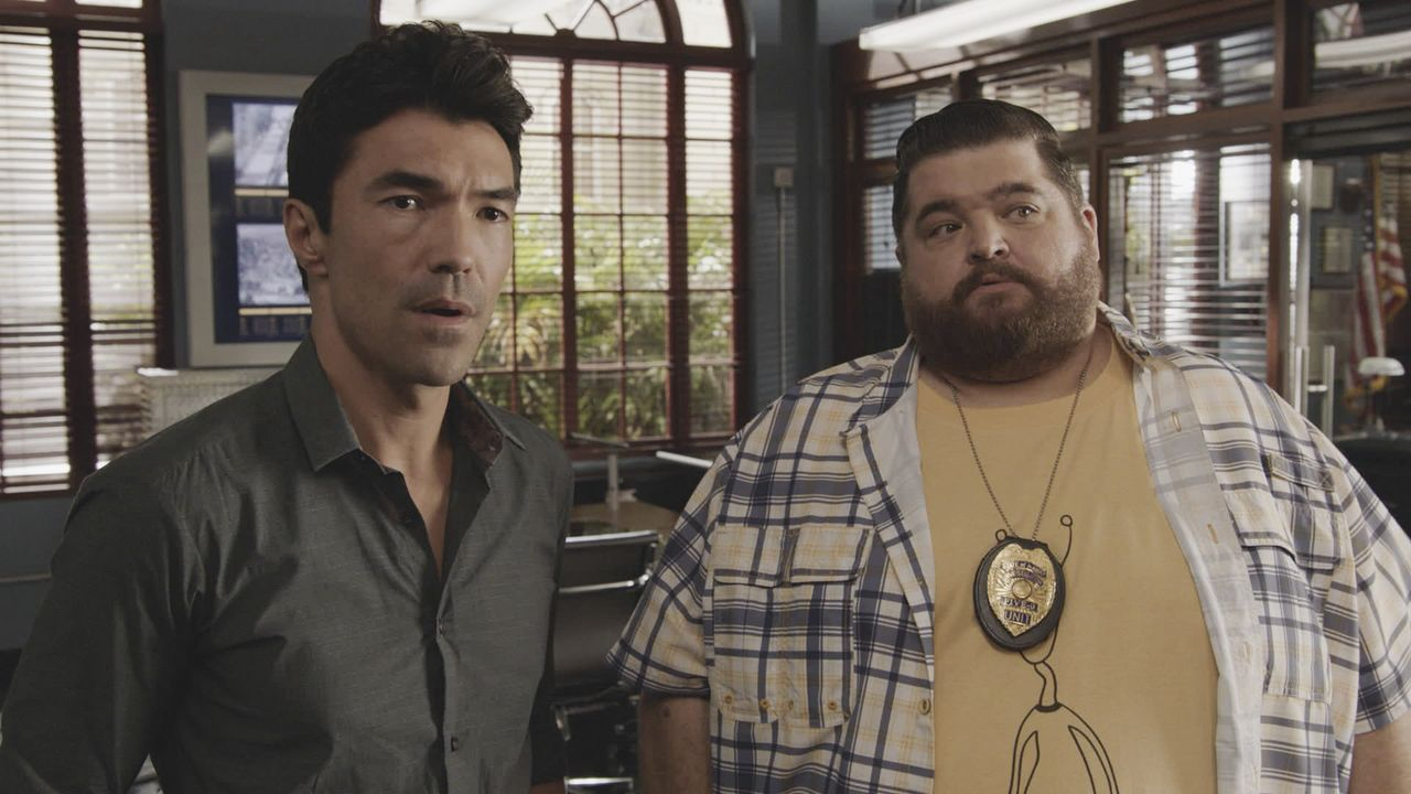 Adam Noshimuri (Ian Anthony Dale, l.); Jerry Ortega (Jorge Garcia, r.) - Bildquelle: 2019 CBS Broadcasting, Inc. All Rights Reserved
