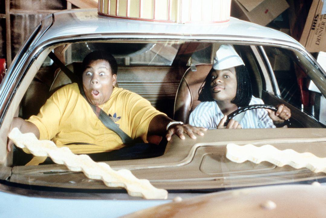 Für Dexter (Kenan Thompson, l.) unfassbar: Sein Kumpel Ed (Kel Mitchell, r.) hat die coolsten Pommes-Scheibenwischer der Stadt ... - Bildquelle: Paramount Pictures