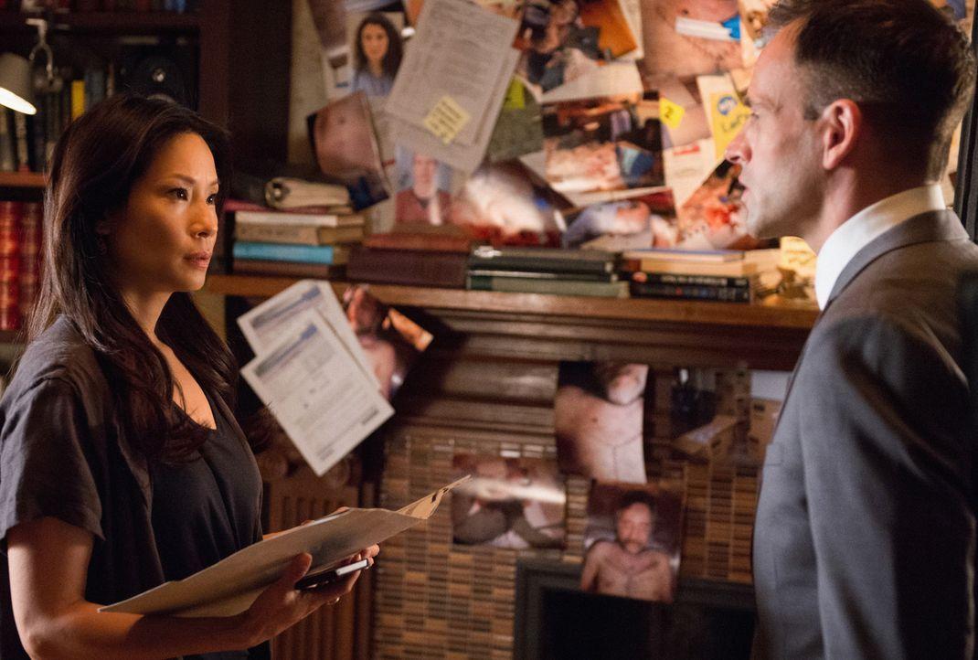 Liegen sie mit ihrer Vermutung richtig oder nicht: Das Team um Sherlock (Jonny Lee Miller, r.) und Watson (Lucy Liu, l.) nimmt Gabe Coleman, den Vat... - Bildquelle: CBS Television