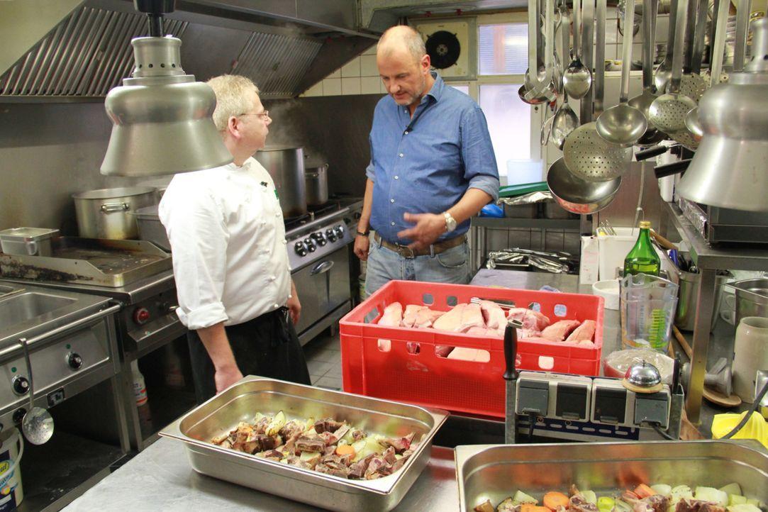 """In der Küche des Gasthauses """"Grüner Baum"""" möchte Sternekoch Frank Rosin (r.) alles auf Vordermann bringen, damit Monika Barth und ihre Angestellten... - Bildquelle: kabel eins"""