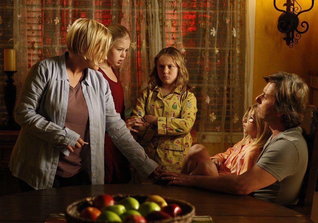 Beim Einbruch im Haus ihrer Nachbarn wird Matt Mulhearn erschossen. Familie Dubois ist schockiert (v.l.n.r.): Allison (Patricia Arquette), Ariel (So... - Bildquelle: 2010 CBS Broadcasting Inc.