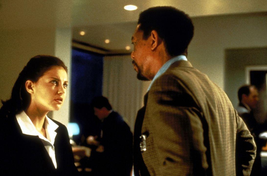 Von der örtlichen Polizei erhält Alex (Morgan Freeman, r.) wenig Beistand. Lediglich bei der Ärztin Kate McTiernan (Ashley Judd, l.), die sich au... - Bildquelle: Paramount Pictures