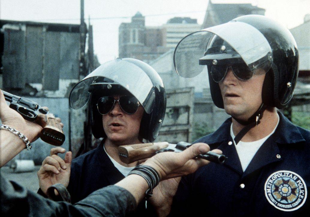 Im Einsatz zeigen die Kadetten Copeland (Scott Thomson, l.) und Blankes (Brant Van Hoffmann, r.) souveränes Auftreten ... - Bildquelle: Warner Bros.