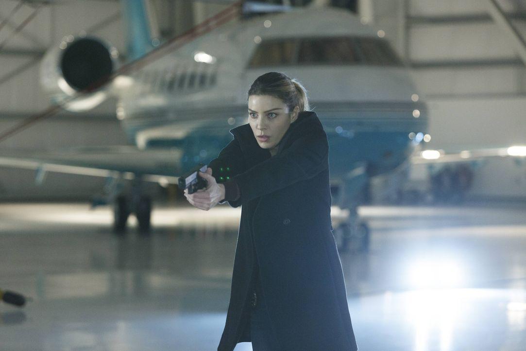 Begibt sich in große Gefahr, als Malcolm ihr eine Drohung zukommen lässt: Chloe (Lauren German) ... - Bildquelle: 2016 Warner Brothers