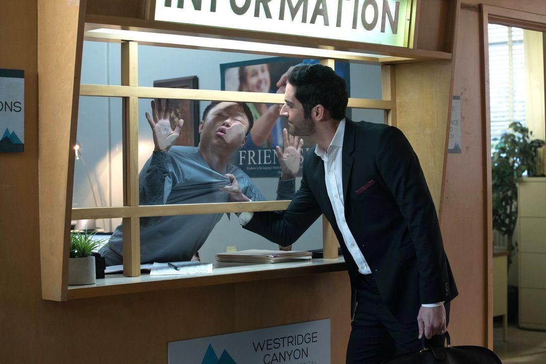 Lucifer (Tom Ellis) liefert sich selber in eine Psychiatrie ein, um dort Nachforschungen über einen Mann anzustellen, der sich als Gott bezeichnet.... - Bildquelle: 2016 Warner Brothers