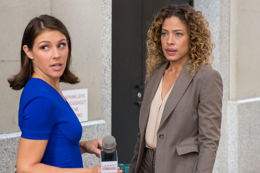 Während Carrie und Al im Mordfall an Schauspieler Fletcher Sayers ermitteln, muss sich Cherie (Tawny Cypress, r.) um die hartnäckige Reporterin Tina... - Bildquelle: 2014 Broadcasting Inc. All Rights Reserved.