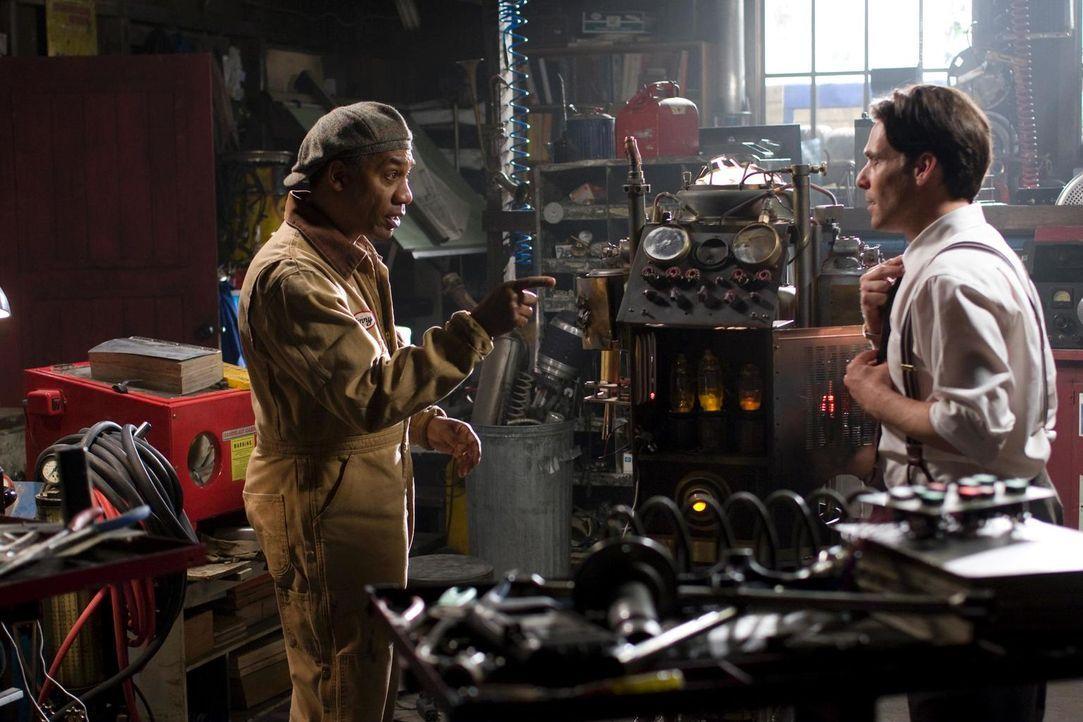 Henry (Joe Morton, l.) und Dr. Grant (James Callis, r.) versuchen, das Brückengerät wieder in Gang zu bringen. Doch wird es ihnen gelingen? - Bildquelle: Universal Television