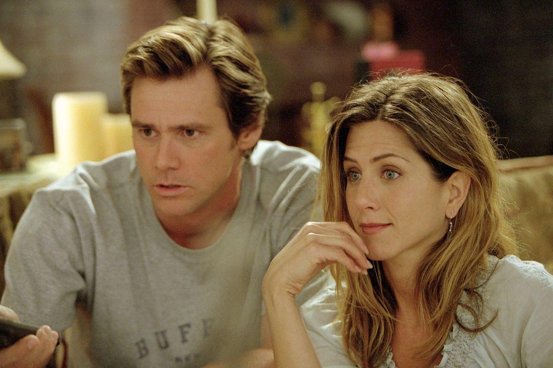 Bruce (Jim Carrey, l.) berichtet seiner Freundin Grace (Jennifer Aniston, r.) von seinem ungewöhnlichen Treffen mit Gott ... - Bildquelle: 2003 Universal Studios. All rights reserved