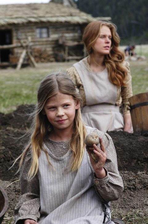 Ernten die letzten Kartoffeln: Laura (Kyle Chavarria, l.) und Caroline (Erin Cottrell, r.) - Bildquelle: ABC, Inc.