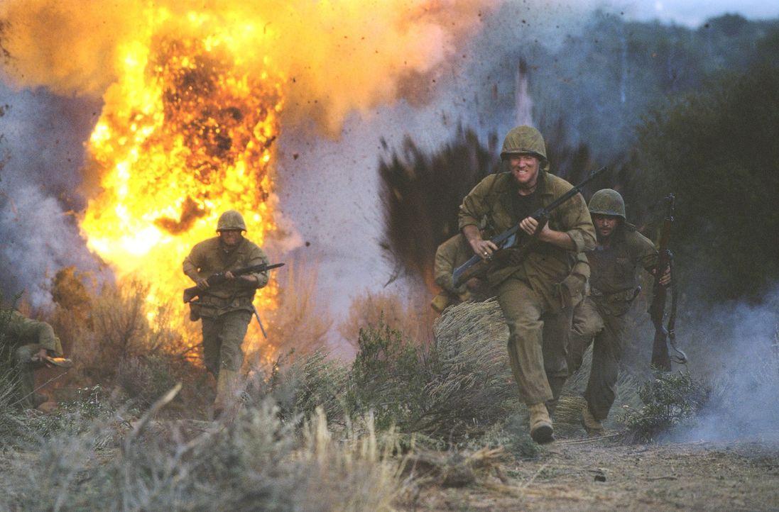 Die Soldaten Chick (Noah Emmerich, Mitte) und Pappas (Mark Ruffalo, r.) flüchten im Kampf um Saipan vor den Geschützen der Japaner ... - Bildquelle: 2002 METRO-GOLDWYN-MAYER PICTURES INC.. All Rights Reserved