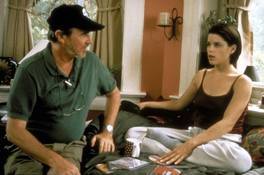 """Der Regisseur von """"Scream 2"""", Wes Craven (l.) mit Sidney (Neve Campbell, r.), der gejagten Collegestudentin ... - Bildquelle: Kinowelt Filmverleih GmbH 1997"""