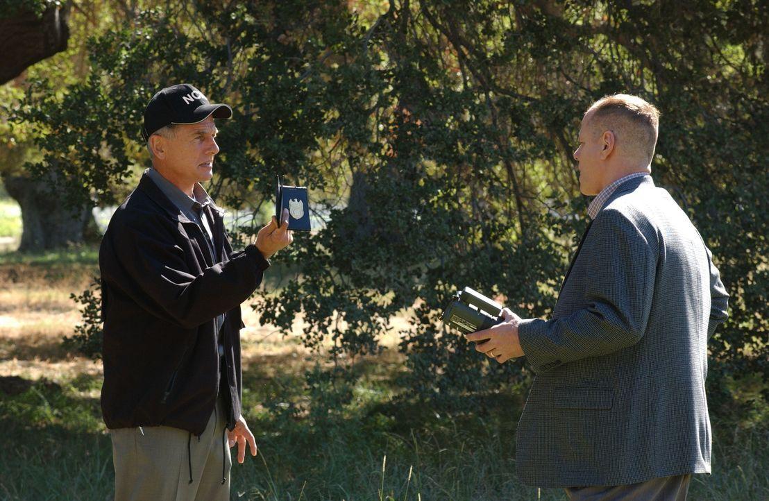 Gibbs (Mark Harmon, l.) ermittelt in einem neuen Fall und hofft, durch Gunnery Sgt. Deluca (Chris Elli, r.) Aussage etwas Licht ins Dunkle zu bringe... - Bildquelle: CBS Television