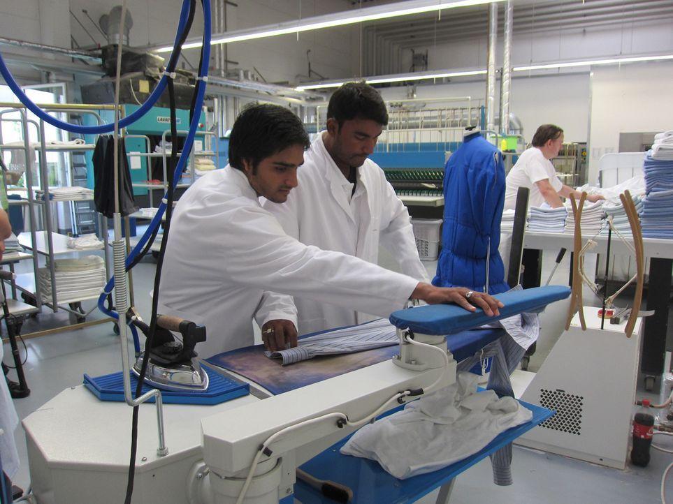Die indischen Tauschkandidaten Parmod (31) und Suresh (24) sind von der hochtechnisierten Kölner Wäscherei fasziniert. - Bildquelle: kabel eins