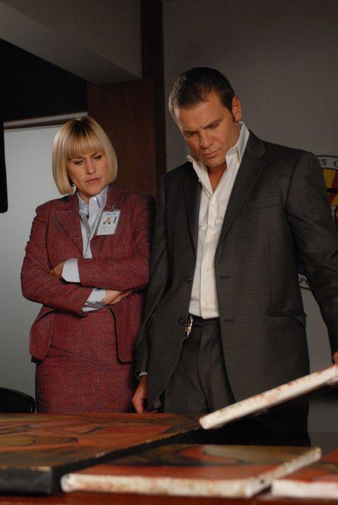 Det. Lee Scanlon (David Cubitt, r.) und Allison (Patricia Arquette, l.) sind mit der Auflösung einer brutalen Mordserie beschäftigt ... - Bildquelle: Paramount Network Television