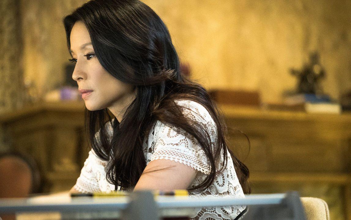 Eine Frau, die behauptet, eine Freundin von Mycroft zu sein, bittet Holmes und Watson (Lucy Liu) um Hilfe. Unbekannte sollen einen ihrer illegalen P... - Bildquelle: Michael Parmelee 2016 CBS Broadcasting Inc. All Rights Reserved.