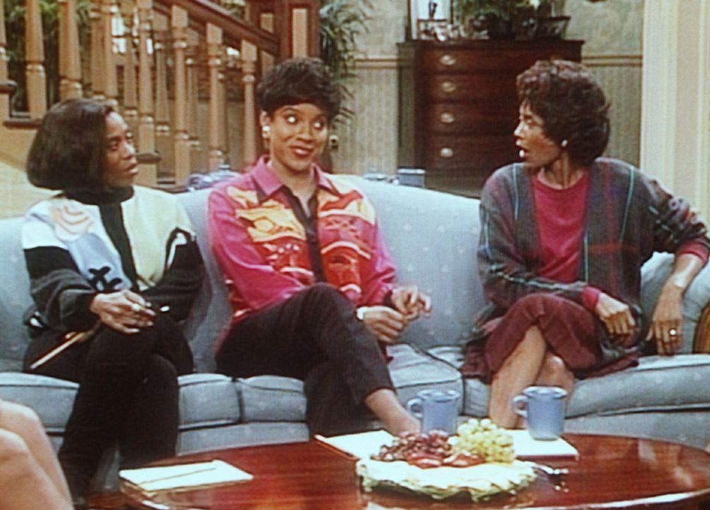 Clair (Phylicia Rashad, M.) und einige ihrer Studienkolleginnen (Grace Garland, l. und Margaret Avery) diskutieren heftig die Frage, wer von ihnen d... - Bildquelle: Viacom