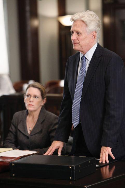 So etwas hat selbst Bezirksstaatsanwalt Lou Karnacki (Bruce Davison, r.) noch nicht erlebt: Während seines Plädoyers bricht ein Geschworener zusamme... - Bildquelle: ABC Studios