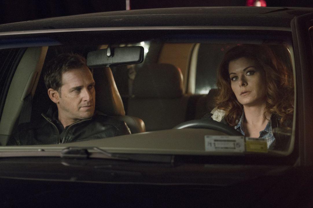 Als Lauras (Debra Messing, r.) Leben in Gefahr gerät, versucht Jake (Josh Lucas, l.) alles, um seine Ex-Frau zu retten, doch dann nehmen die Ermittl... - Bildquelle: 2015 Warner Bros. Entertainment, Inc.