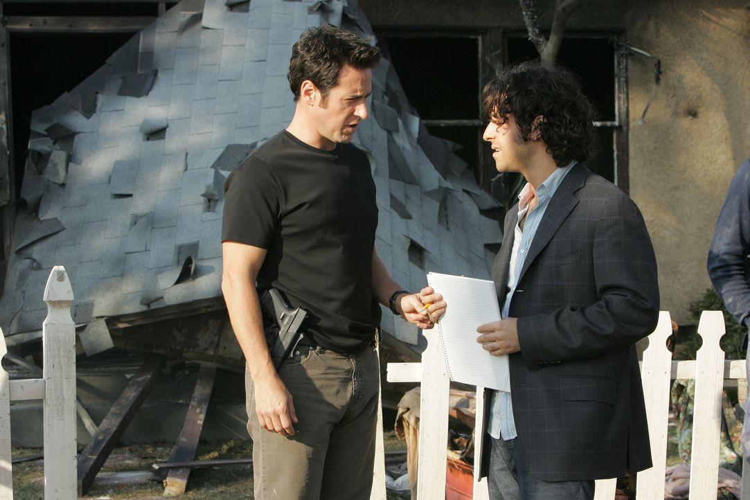 Nachdem das Haus indem ein Drogenlabor war in die Luft flog, machen sich Charlie (David Krumholtz, r.) und Don (Rob Morrow, l.) dran, den Fall zu lö... - Bildquelle: Paramount Network Television