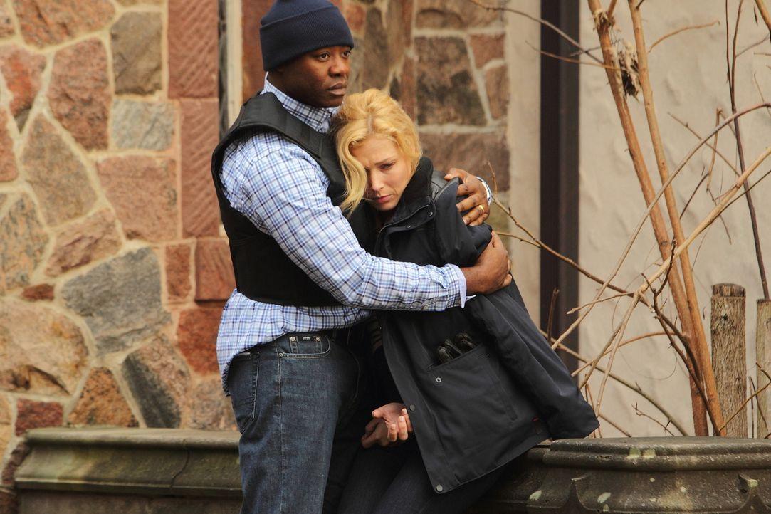 Leo (Dayo Ade, l.) versucht, Daniella (Stefanie von Pfetten, r.) zu beruhigen, die gerade den Fängen eines eiskalten Killers entronnen ist ... - Bildquelle: Stephen Scott CBC 2013