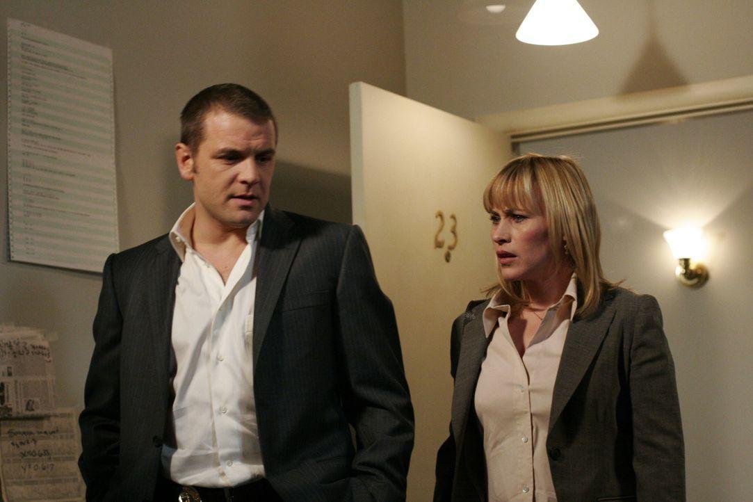 Als Allison (Patricia Arquette, r.) und Detective Lee Scanlon (David Cubitt, l.) die Wohnung eines Vermissten betreten, ahnen sie Schreckliches … - Bildquelle: Paramount Network Television